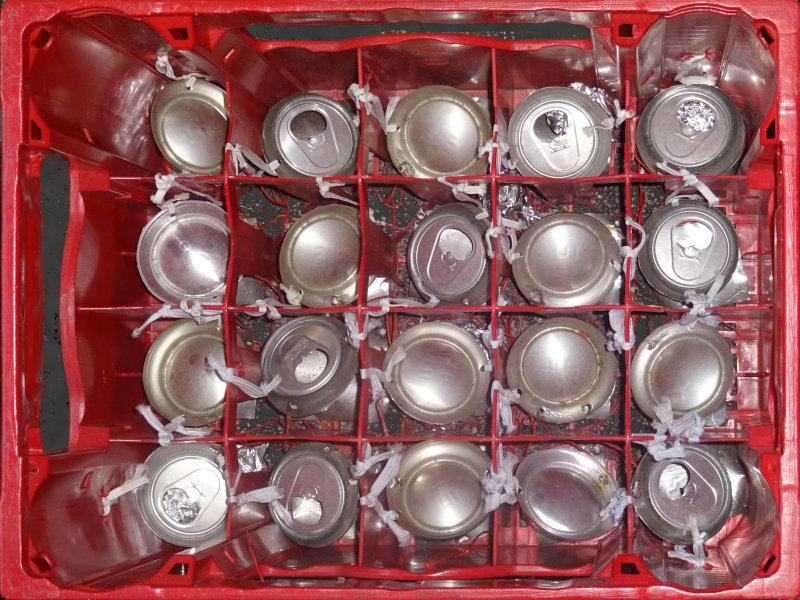 Draufsicht auf den Vernetzten Bierkasten mit allen Flaschensensoren