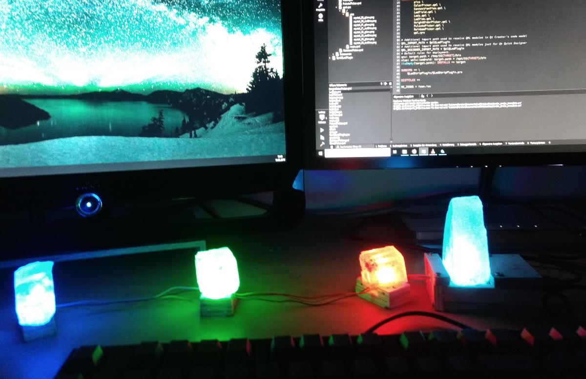 Vier leuchtende Salz Kristalle auf einem Schreibtisch